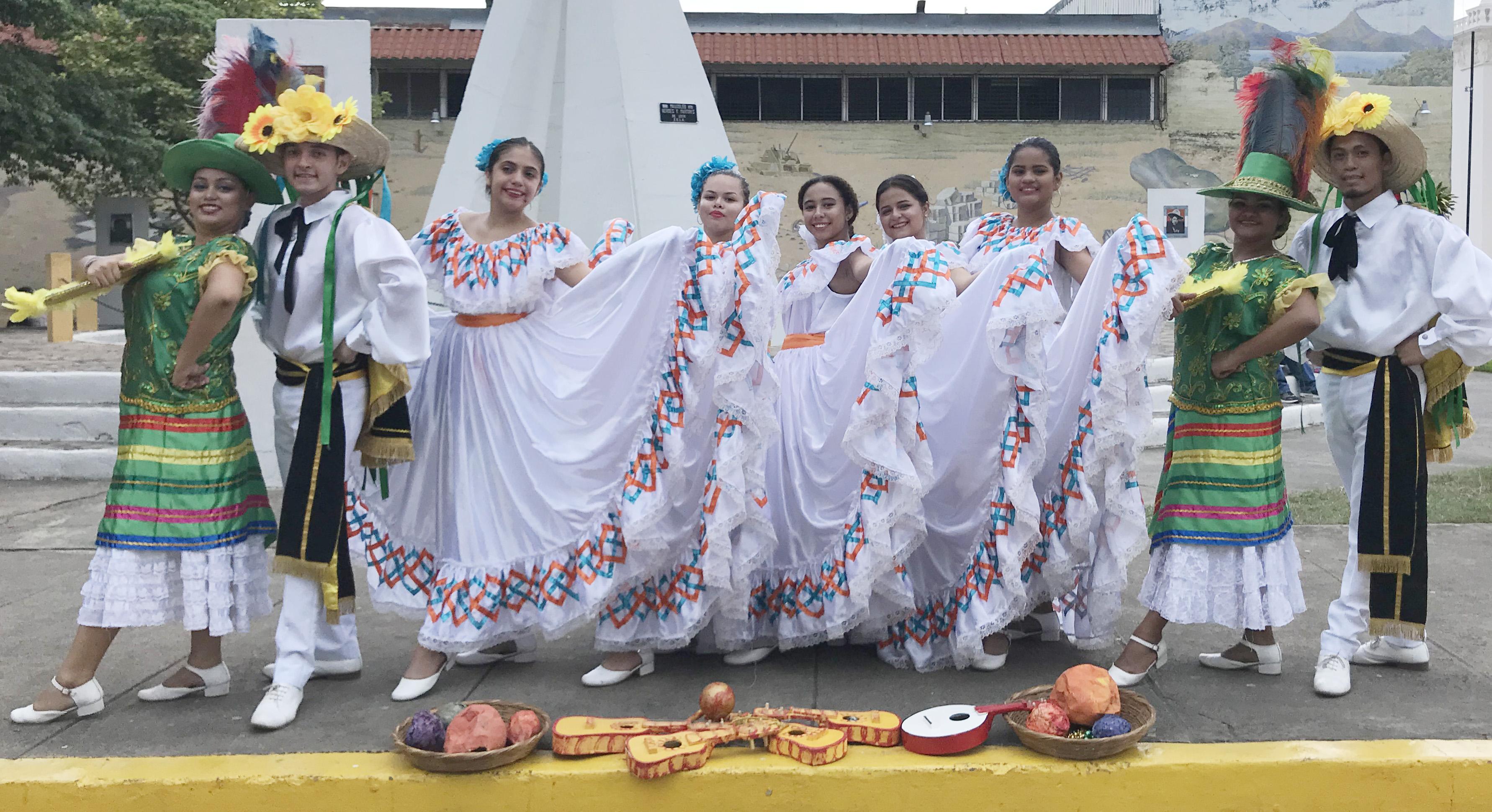 Grupo folklórico Urbaite de la UNAN, amenizan las ferias de negocios en León.