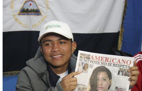 """Román González, mejor conocido como """"Chocolatito"""" en los cuadrilateros de boxeo., sosteniendo una copia del periódico Americano en NYC."""