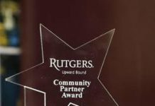 Gloria Montealegre, miembro de las Escuelas Públicas de Plainfield, recibió el Premio de Socios Comunitarios otorgado por Rutgers University Upward Bound y Upward Bound Matemáticas y Ciencias Pre-Universitarias de Rutgers-New Brunswick.